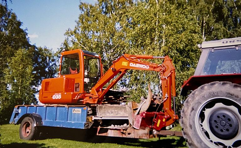första traktorn och grävmaskinen